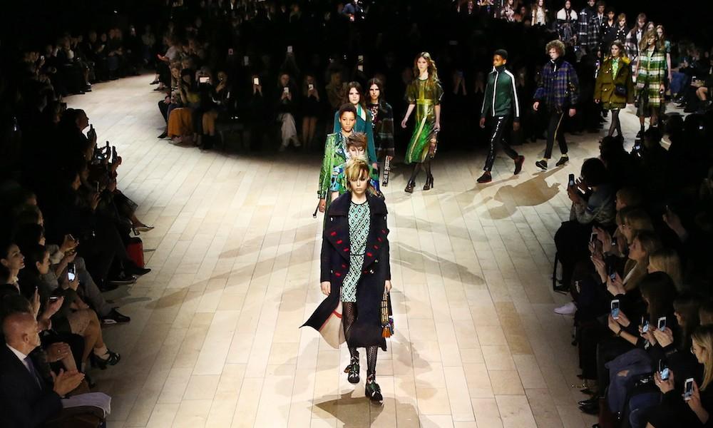 burberry donna sfilata autunno inverno 2016 2017 foto e video moda uomo moda donna. Black Bedroom Furniture Sets. Home Design Ideas