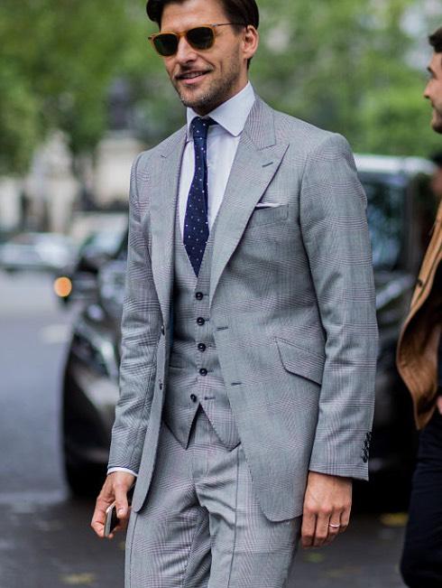 Johannes Huebl abito grigio cravatta a pois