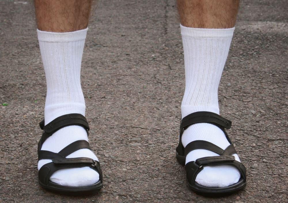 errori uomo stile calzini sandali